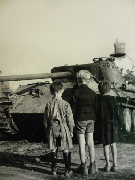 Famous photo of French kids watching Allies roll in
