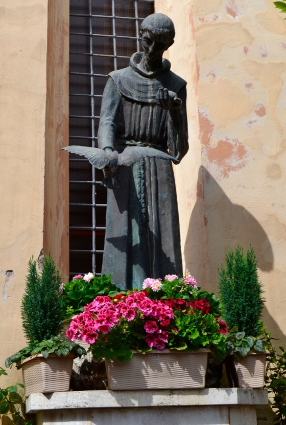 Sweet Saint Francis welcomes us to Villa d'Este